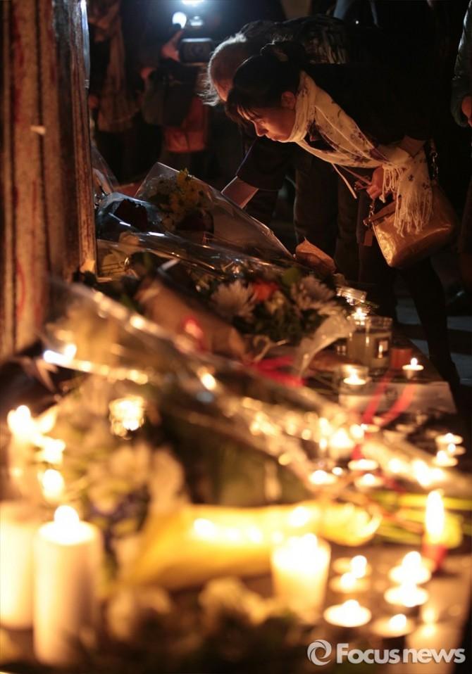 14일(현지 시간) 프랑스 파리 헤퓌블리크(Republique) 광장에서 시민들이 IS(이슬람 국가)소속 대원들의 소행으로 추정되는 최악의 동시 다발 테러, 이른바